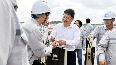 雷竞技电竞官网一行赴吴淞口国际邮轮港项目慰问一线员工