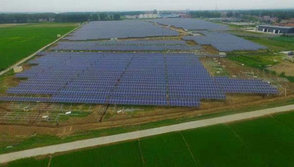 6月28日,由能源环境工程公司承建的追日光伏老河口仙人渡40MWp农光互补光伏电站(一期20MWp)项目顺利并网发电。  该项目位于湖北省老河口市仙人渡镇,工程建设安装容量40MWp,一期装机总容量20MWp。能环公司以EPC总承包模式承建,于4月18日正式开工,工期3个月。该项目采用分块发电、集中并网方案,选用270Wp多晶硅光伏组件,太阳能电池组件逆变升压至35kV后接入厂内35kV开关站,经35kV出线1回至鹤岗110kV变电站35KV鹤34间隔。本项目系统效率为80%,首年上网小时数为
